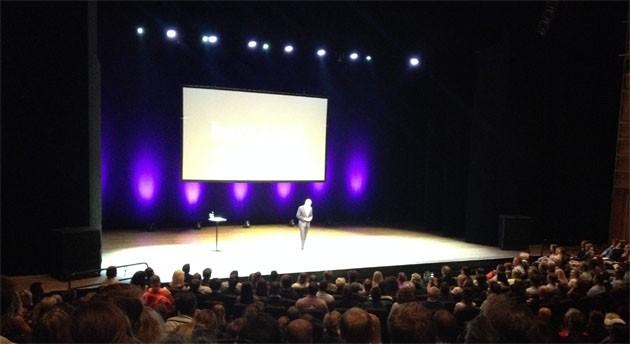"""Erik Bertrand Larssen med foredraget """"Slik tenker de beste"""" i Grieghallen i Bergen."""